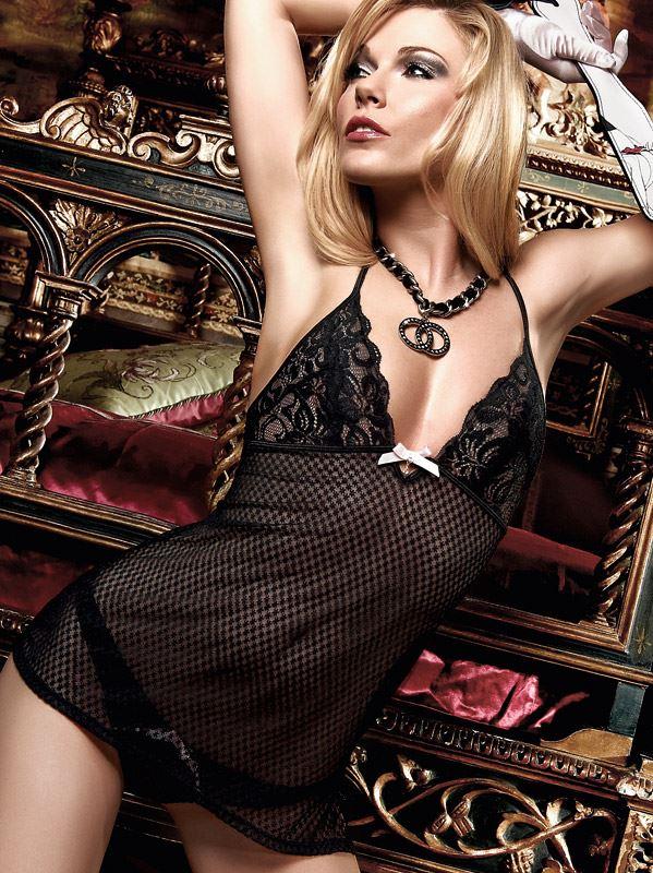 Baci Lingerie – Sort stropkjole i mønstret tyl med blondebustier og sløjfe i lys rosa